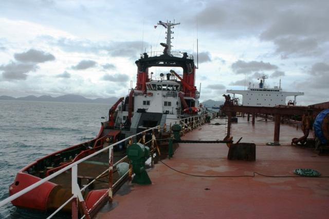 Five Oceans Salvage -Tug alongside MV AGHIOS MAKARIOS