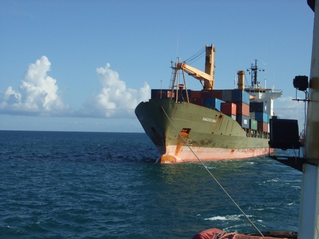 Five Oceans Salvage -Towline connected to MV ENDEAVOUR