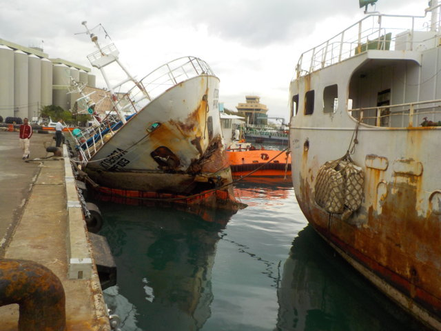 Five Oceans Salvage - Refloating operations in Port Louis port